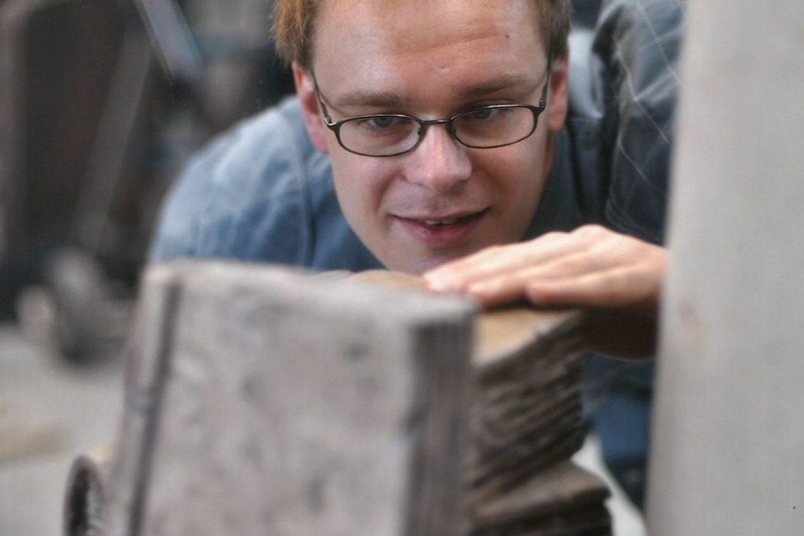 Bildhauerei Bücherstapel